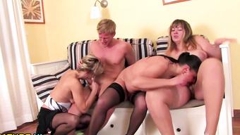 Молодой парень удовлетворяет трех зрелых сучек