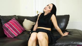 Зрелая красавица показывает вагину на кожаном диване