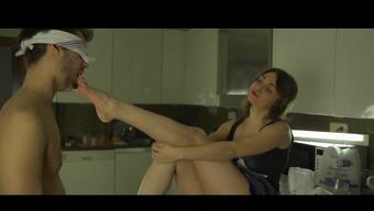 Парень лижет ступни молодой девушки ради секса в киску