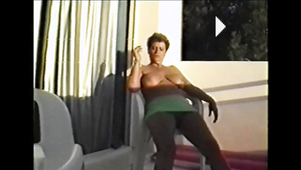 Муж палит свою жену за мастурбацией на балконе
