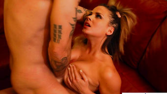 Сексуальная девушка мастурбирует парню меж больших сисек