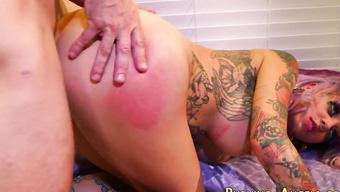 Парень лижет пизду татуированной шлюхи перед сексом раком