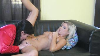 Две лесбиянки страстно совокупляются на домашнем кастинге