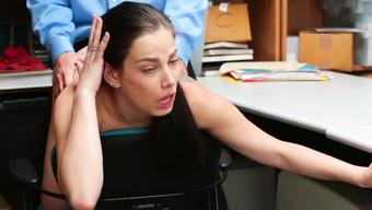Офисный начальник долбит киску секретарши с тату