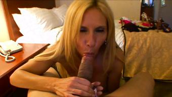 Зрелая проститутка сосет член клиента в номере отеля