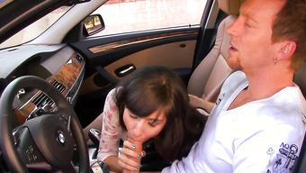 Сексуальная нахалка отсасывает бойфренду в автомобиле