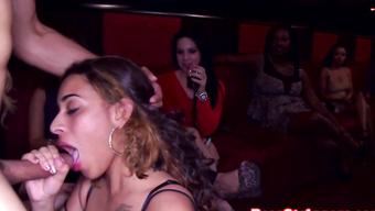 Латинская красотка с тату отсасывает танцору в клубе