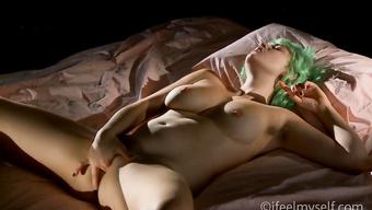 Игривая сучка с зелёными волосами кончает от дрочки письки