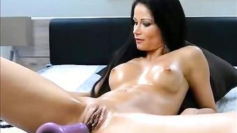 Брюнетка в масле имеет себя секс машиной на камеру