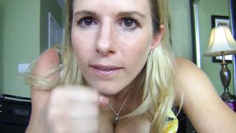 Пошлая блондиночка дрочит большой пенис любовника со смазкой