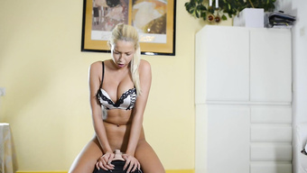 Худенькая блондинка получает оргазмы прыгая на секс машине