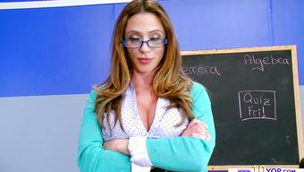 Милфа с горячей грудью отсасывает член студента
