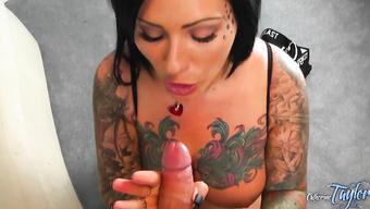 Татуированная брюнетка забавляется с огромным членом любовника