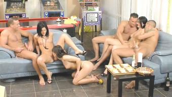 Сексапильные телки устроили оргию с парнями на пьяной вечеринке
