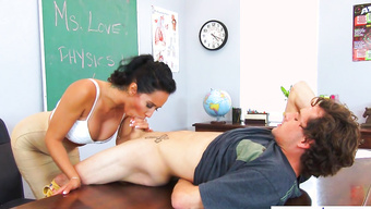 Жаркая преподша отсасывает студентку и дает вылизывать сочную киску