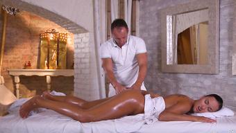 Дерзкая клиентка вынудила массажиста размять укромные точки ее тела