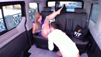 Озабоченный перец отлизывает бизнес леди на заднем сидении