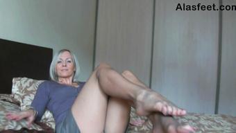 Возбужденная дамочка в колготках хвастается стройными ножками