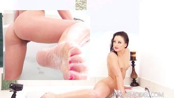 Сексапильная девушка светит упругими сиськами и задницей в ванной