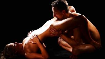 Опытный парень отлизывает сексуальной девушке и долбит ее в киску