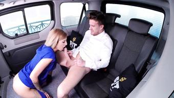 Герой любовник шпилит знойную красотку на заднем сидении такси