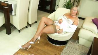 Блондинистая дамочка в чулках демонстрирует красивую задницу
