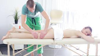 Похотливый парень делает эротический массаж русской девушке