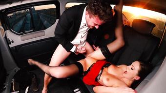 Клиентка расплатилась за проезд с британским таксистом раздолбанной мандой