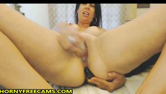 Зрелая шалунья мастурбирует в соло на вебкамеру