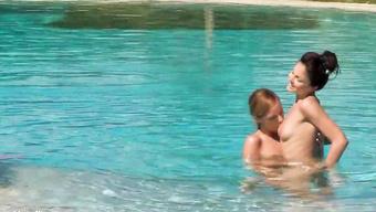 Влюбленные лесбиянки трахаются в публичном бассейне